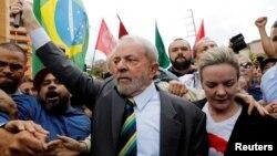 Lula da Silva, acompanhado da presidente do PT
