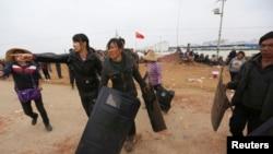 2014年10月15日,昆明晋宁县富有村发生冲突,村民们拿着从警察手中夺来的盾牌。