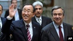 Secretário-geral da ONU cessante, Ban Ki-moon, esq., ao lado do seu sucessor, António Guterres, dir.