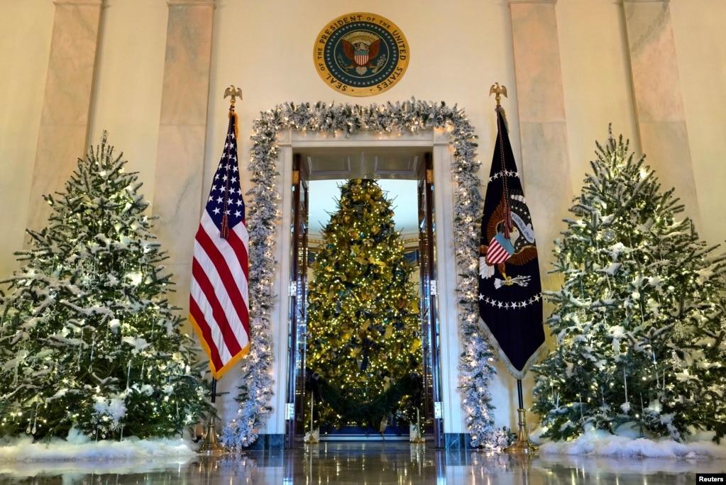 El árbol de Navidad oficial de la Casa Blanca se ve desde el Salón de la Cruz de la Casa Blanca en Washington, EE. UU., el 27 de noviembre de 2017.
