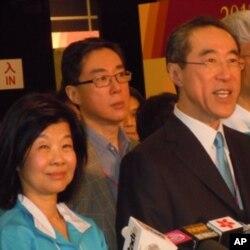 落敗的唐英年(前右)與妻子郭妤淺會見記者