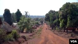 Des habitants de Zemio, dans le sud-est de la Centrafrique, risquent à tout moment des attaques des membres de la LRA. (VOA/Z. Baddorf)