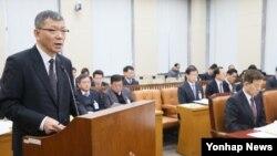 류제승 한국 국방정책실장이 29일 국회 국방위원회에서 '한미일 국방부간 북한 핵과 미사일 위협에 관한 3자 정보공유 약정'에 대해 보고하고 있다.