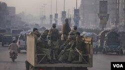 Militer Pakistan melakukan patroli di Peshawar, Pakistan barat laut (26/11). Sebuah helikopter NATO menyerang pos militer Pakistan dan menewaskan 25 tentara.