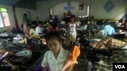Pengungsi korban gempa dan tsunami di Mentawai (foto: 2 November). Pusat Studi Bencana UGM menyebut Kepulauan Mentawai tidak layak menjadi permukiman.