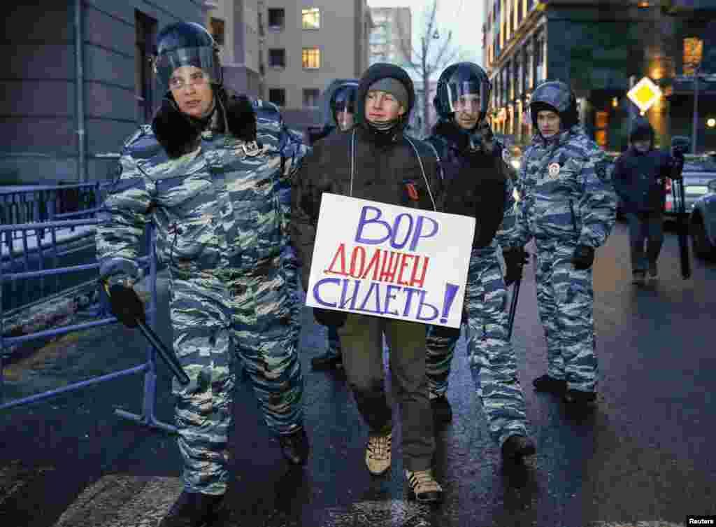 Polis Aleksey Navalnını dəstəkləyənləri məhkəmə qarşısından dağıtmağa çalışır - Moskva, 30 dekabr, 2014