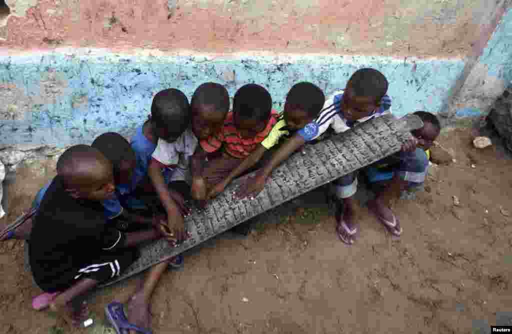 Djeca, muslimani, uče čiati Kuran u islamskoj školi Gaabow u Mogadišu, glavnom gradu Somalije.
