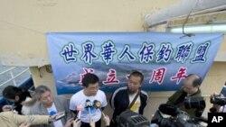 保钓行动联盟主席黄锡麟((中穿白色T恤杉)1月3日召开记者会抗议日本地方议员登钓鱼岛