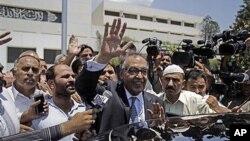 파키스탄 새 총리로 내정된 후, 21일 의회에 관련 서류를 제출하고 나오는 사하부딘 현 섬유장관.