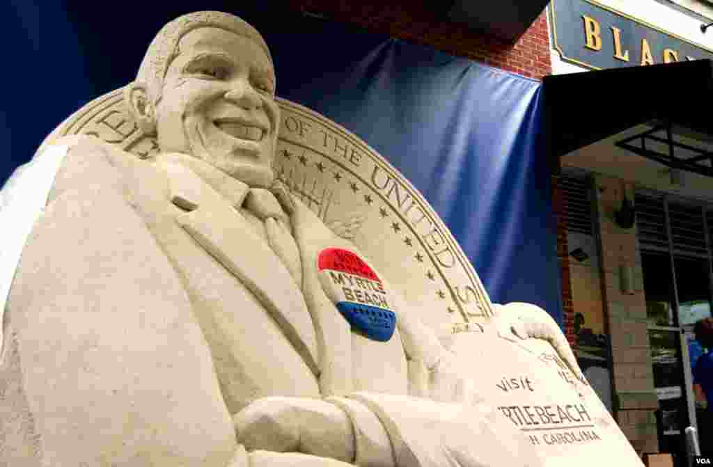 A 15-ton sand sculpture of President Obama is on display outside the convention. The sand comes from Myrtle Beach, South Carolina. (J. Featherly/VOA)