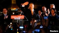 빅토르 오르반 헝가리 총리가 6일 총선에서 여당에 유리한 중간 개표결과가 발표되자, 지지자들을 향해 손을 흔들고 있다.