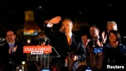 4月6日在布达佩斯,匈牙利总理欧尔班在部分选举结果宣布后向支持者挥手