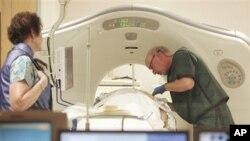 Dr. Steven Birnbaum ກໍາລັງທໍາການສ່ອງໄຟຟ້າ ໂດຍການໃຊ້ເຄື່ອງສ່ອງອ້ອມໂຕ ແລະເບິ່ງທາງຄອມພິວເຕີ ຫລື CT scans ທີ່ສູນກາງການແພດປະຈໍາພາກໃຕ້ລັດນີວແຮມເຊີ.