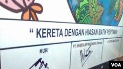 Manajer MURI Jusuf Ngadri menandatangani gerbong kereta batik pertama dalam sebuah upacara di Stasiun Besar Bandung belum lama ini.