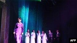Nguyễn Tà Cúc tái tạo và trình diễn áo Lemur tại Hoa Kỳ trên sân khấu Saigon Performing Arts Center, 8.2011, với Ca đoàn Cát trắng, (thuộc Ban Hợp xướng Ngàn Khơi dưới sự điều khiển của nhạc trưởng Vũ Tôn Bình)- Hình của Bùi Văn Liêm