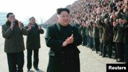 북한 김정은 국방위원회 제1위원장이 건설자들과 기념사진을 찍었다고 조선중앙통신이 12일 보도했다. 사진은 김 제1위원장이 박수치는 모습.
