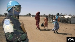 Seorang anggota pasukan perdamaian UNAMID melakukan penjagaan di sebuah kamp pengungsi di Darfur.