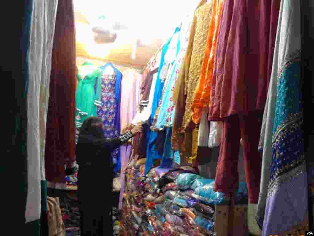 ایک خاتون اپنی پسند کا لباس ڈھونڈ رہی ہے
