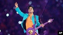 Prince en concert lors de la finale du Super Bowl le 4 février 2007.