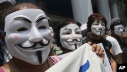 31일 금요일에 흰색 가면을 쓴 사람들이 반정부 시위를 벌이고 있다.
