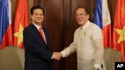 지난해 5월 필리핀을 방문한 응웬 떤 중 베트남 총리(왼쪽)가 베니그노 아퀴노 필리핀 대통령과 악수하고 있다.