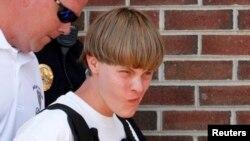Dylann Roof es escoltado por la policía luego de su arresto en Shelby, Carolina del Norte.