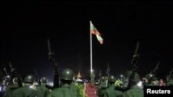 Suasana upacara pengibaran bendera untuk memperingati Hari Kemerdekaan ke-65 Myanmar di Alun-alun Rakyat dekat Pagoda Shwedagon di Yangon (Rangun), 4 Januari 2013. (REUTERS / Soe Zeya Tun)