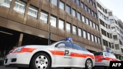 Xe cảnh sát phía trước văn phòng của ngành năng lượng hạt nhân Thụy Sĩ ở Olten, ngày 31/3/2011