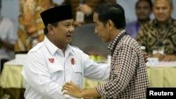 Calon Presiden Prabowo Subianto (kiri) dan Capres Joko Widodo berjabat tangan (foto: dok).