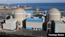 부품 시험결과가 조작된 것으로 드러나 가동이 정지된 한국 신고리원자력발전소 2호기(왼쪽)와 계획예방정비중인 1호기.
