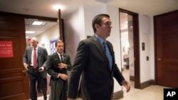 美国国会众议院情报委员会主席,共和党议员德温·努涅斯等议员离开不对外开放的会议室(资料照)