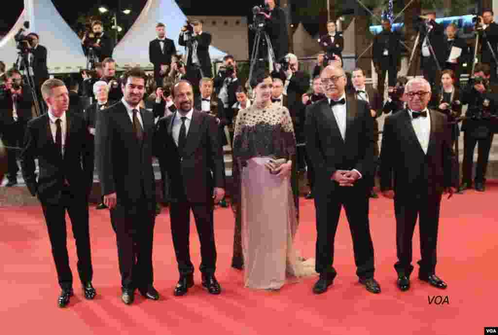"""اصغر فرهادی، ترانه علیدوستی و شهاب حسینی به همراه سایر دست اندرکاران فیلم """"فروشنده""""، روی فرش قرمز جشنواره فیلم کن در فرانسه."""