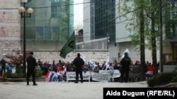 Za vrijeme protesta, u zgradi Parlamenta i ispred nje bilo je pojačano prisustvo policije s pancirima i šljemovima.