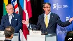 Menhan Lithuania Juozas Olekas (kiri) dan Menhan AS Ashton Carter dalam konferensi pers bersama di Tallinn, Estonia, Selasa (23/6).