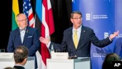 Bộ trưởng Quốc phòng Lithuania Juozas Olekas (trái) và Bộ trưởng Quốc phòng Hoa Kỳ Ashton Carter mở họp báo chung sau cuộc hội đàm ở Tallinn, Estonia, 23/6/15