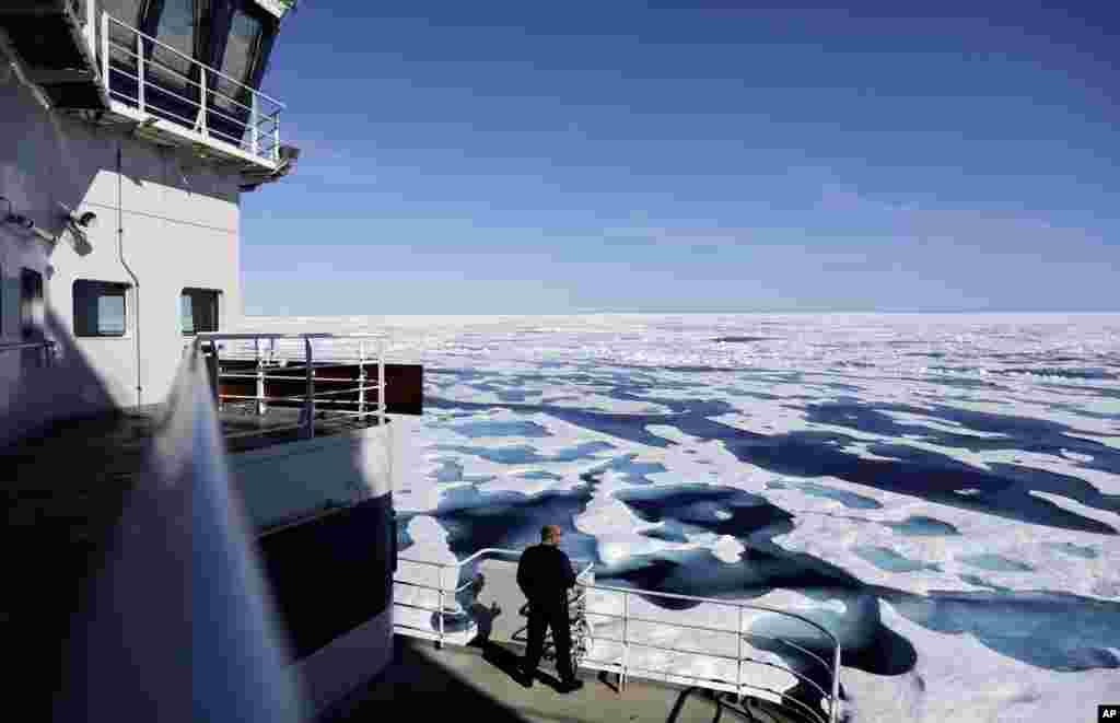 មេបញ្ជាការឆ្មាំការពារឆ្នេរសមុទ្រ លោកVictor Gronmy កំពុងសម្លឹងមើលទឹកកកដែលគ្របដណ្ដប់លើច្រកសមុទ្រតូចមួយឈ្មោះថា Victoria Strait ខណៈពេលដែលនាវាបំបែកទឹកកករបស់ន័រវែសMSV Nordica កំពុងធ្វើដំណើររុញច្រានទឹកកកកឆ្លងកាត់ប្រជុំកោះក្នុងសមុទ្រអាកទិចរបស់កាណាដា។