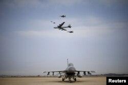 Máy bay ném bom B-52 được hai chiến đấu cơ của Mỹ và Hàn Quốc bay hộ tống.