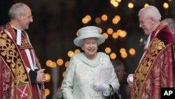 ພະລາຊີນີ Elizabeth II ຊົງສະເດັດອອກຈາກໂບດ St Paul's ທີ່ກຸງ London ຫລັງຈາກການສູດມົນສະແດງ ຄວາມຂອບໃຈ ໃນວັນສຸດທ້າຍຂອງການສະຫລອງ ຄົບຣອບ 60 ປີ ຂອງການຄອງລາດ, ວັນທີ 5 ມີຖຸນາ 2012.