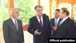 PM Pakistan, Muhammad Nawaz Sharif berdikusi dengan Presiden Tajikistan Imomali Rakhman dan Presiden Afghanistan Ashraf Gani dalam kunjungan ke pameran pertanian di Dushanbe, 6 Juli 2017