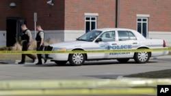 총격 사건이 발생한 미국 미주리주 퍼거슨 경찰서 앞에서 12일 경찰들이 경계근무를 서고 있다.