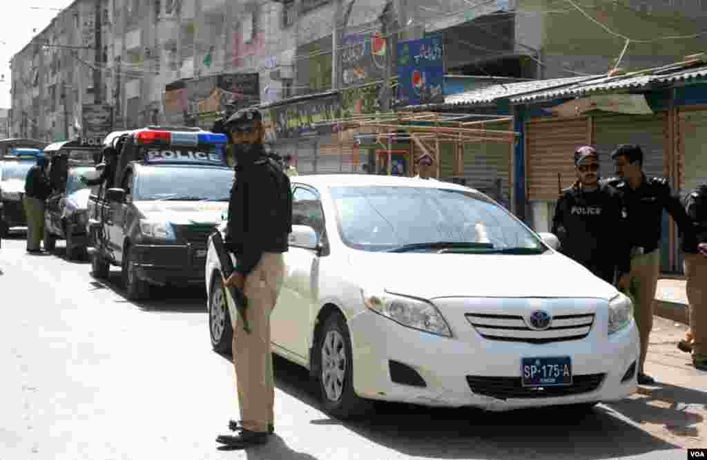 پولنگ اسٹیشنز پر سیکورٹی انتظامات کا جائزہ لینے والے سپرنٹنڈنٹ آف پولیس کا قافلہ