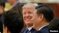 Le président américain Donald Trump, 2e à gauche, et le président chinois Xi Jinping, à droite, assistent à un dîner d'État au Grand Palais du Peuple à Beijing, en Chine, le 9 novembre 2017.