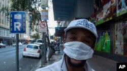 南非约翰内斯堡街头戴口罩的行人。(2020年3月20日)