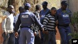 Polícia escolta mineiros detidos durante os incidentes deste mês