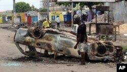 Một chiếc xe bị thiêu rụi sau một cuộc biểu tình ở Kinshasa, Cộng hòa Dân chủ Congo, ngày 19/9/2016.