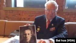 叶夫根尼手中的照片是他父亲的战友,苏联飞行员莫伊谢耶夫,曾被蒋介石授勋。