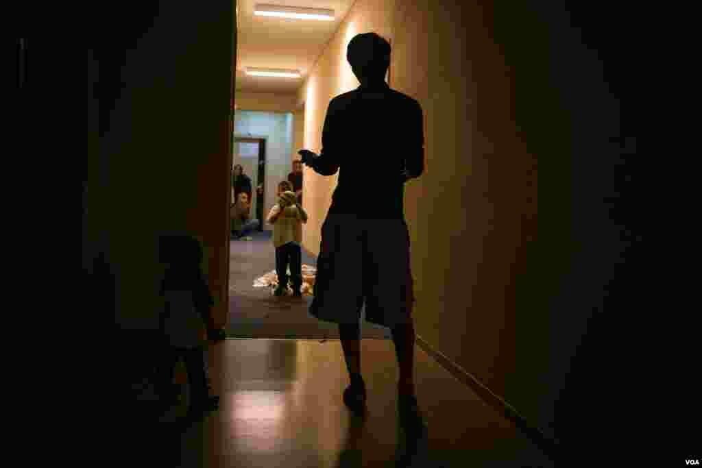 Дети играют в длинных коридорах отеля. В каждой комнате есть душ и туалет - роскошь для многих постояльцев, особенно по сравнению с условиями, в которых им приходилось жить до этого. Фото: J. Owens