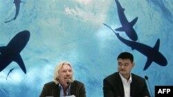 Tỉ phú người Anh Richard Branson (trái) và cầu thủ bóng rổ Yao Ming mở cuộc họp báo, ở Thượng Hải, Trung Quốc, về chiến dịch chống ăn súp vi cá