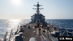 Destrojeri USS McCampbell (DDG 85) duke kaluar përmes Ngushticës së Tajvanit