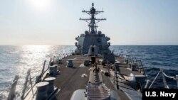 """美国伯克级驱逐舰""""麦克坎贝尔""""号(USS McCampbell) 2020年5月13日行经台湾海峡(图片来源:美国太平洋舰队脸书)"""
